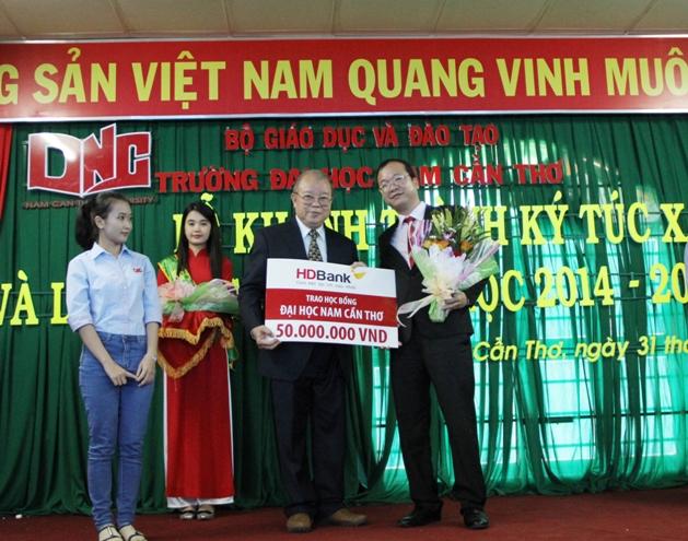 HDBank trao 50 suất học bổng cho sinh viên ĐH Nam Cần Thơ