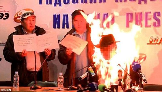 Tự thiêu phản đối Mông Cổ bán ngành than cho Trung Quốc
