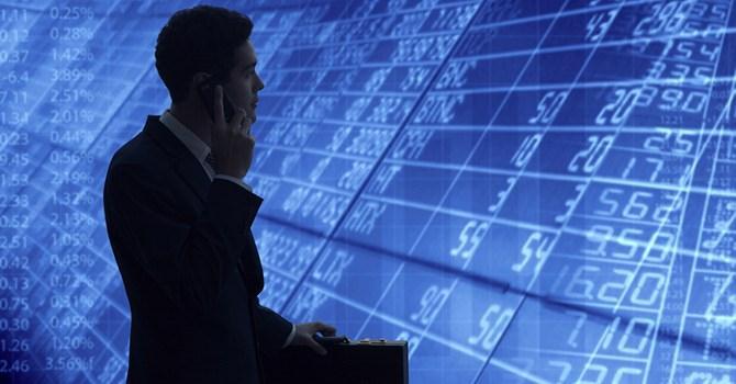 Quỹ ngoại gom hàng, quỹ nội bán tháo