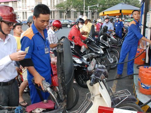 Giá xăng giảm mạnh hơn 700 đồng/lít