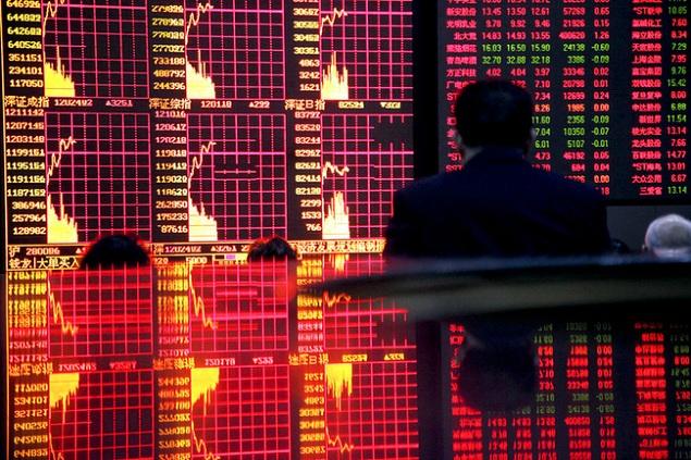 """Bán tháo hoảng loạn, Shanghai rớt gần 4%, Hang Seng """"bốc hơi"""" hơn 900 điểm"""