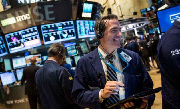 Dow Jones vọt hơn 400 điểm, vượt ngưỡng 25,000 điểm sau tuyên bố từ Fed