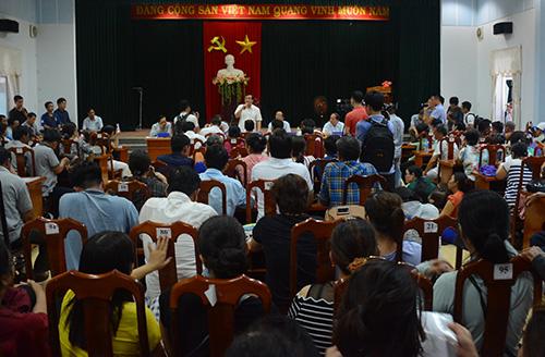 Người dân mua đất ngồi chất cứng Hội trường Ban tiếp công dân Quảng Nam để trao đôi với lãnh đạo tỉnh. Ảnh: Đắc Thành.