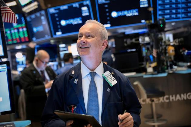 051719 ck - Cổ Phiếu Ngân Hàng Và Walmart Kích Dow Jones Vọt Hơn 200 Điểm, Leo Dốc Liền 3 Phiên