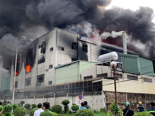 Cháy dữ dội ở Khu công nghiệp Việt Hương 1, Thuận An, Bình Dương - ảnh 11