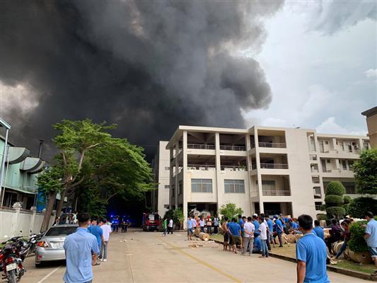 Cháy dữ dội ở Khu công nghiệp Việt Hương 1, Thuận An, Bình Dương - ảnh 13