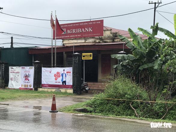 Tên cướp mặc áo mưa lao vào Ngân hàng Agribank lấy đi 500 triệu đồng - Ảnh 1.