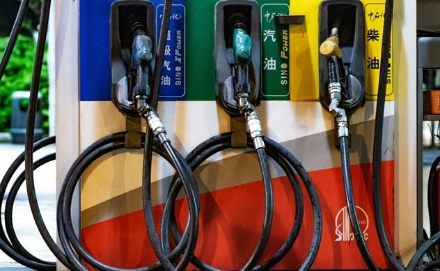 Nhu cầu sử dụng dầu giảm khi giá dầu chạm ngưỡng 50 USD/thùng