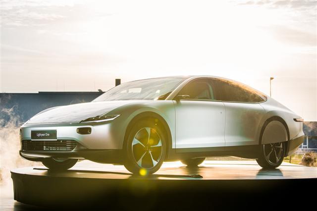Ôtô điện chạy bằng năng lượng mặt trời đầu tiên trên thế giới - Ảnh 1.