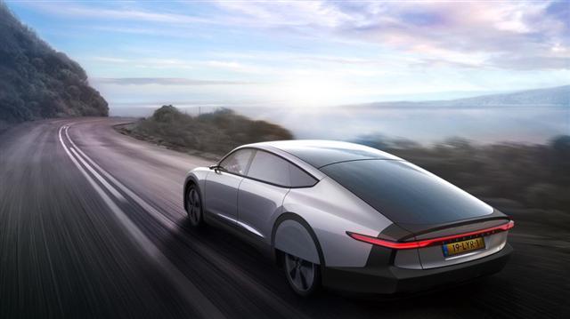 Ôtô điện chạy bằng năng lượng mặt trời đầu tiên trên thế giới - Ảnh 2.