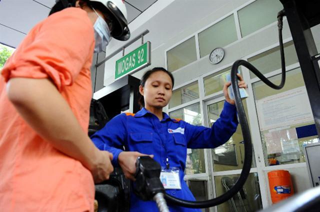 Thị trường xăng dầu: Người tiêu dùng 'gánh' hết