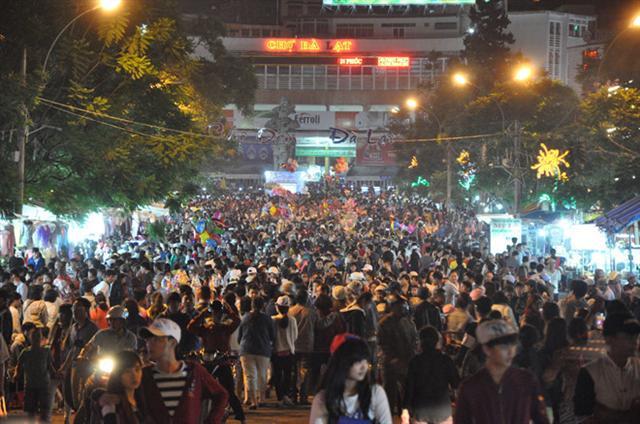 Chợ đêm ở Việt Nam 'mắc bệnh'... nhạt