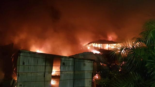 Hà Nội: Nhà kho Công ty Rạng Đông cháy ngùn ngụt, lửa lan sang khu dân cư