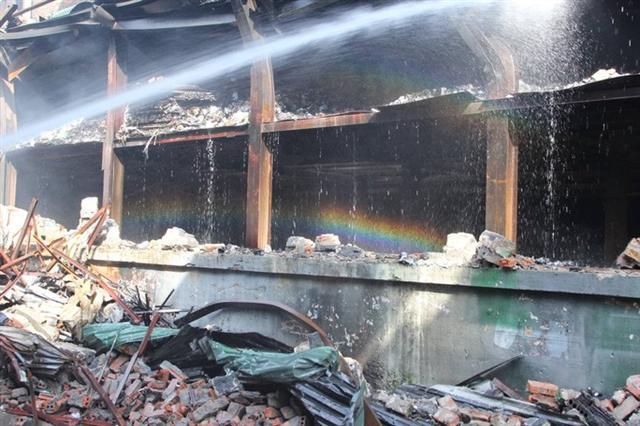 Cận cảnh tan hoang sau vụ cháy 6.000 m2 kho xưởng tại Công ty Bóng đèn phích nước Rạng Đông - Ảnh 3.