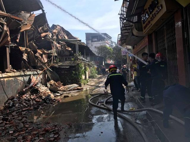 Cận cảnh tan hoang sau vụ cháy 6.000 m2 kho xưởng tại Công ty Bóng đèn phích nước Rạng Đông - Ảnh 4.