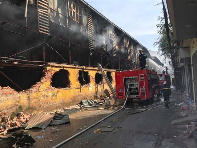 Cận cảnh tan hoang sau vụ cháy 6.000 m2 kho xưởng tại Công ty Bóng đèn phích nước Rạng Đông - Ảnh 5.