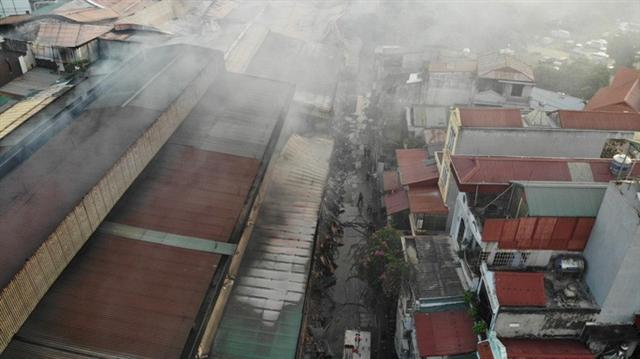 Cận cảnh tan hoang sau vụ cháy 6.000 m2 kho xưởng tại Công ty Bóng đèn phích nước Rạng Đông - Ảnh 10.