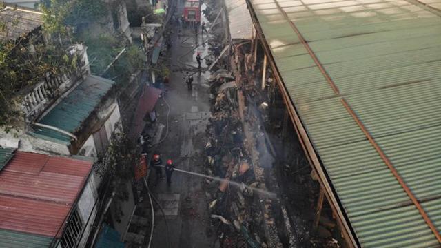 Cận cảnh tan hoang sau vụ cháy 6.000 m2 kho xưởng tại Công ty Bóng đèn phích nước Rạng Đông - Ảnh 11.