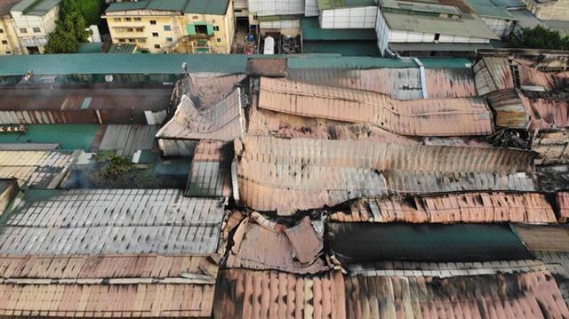 Cận cảnh tan hoang sau vụ cháy 6.000 m2 kho xưởng tại Công ty Bóng đèn phích nước Rạng Đông - Ảnh 13.