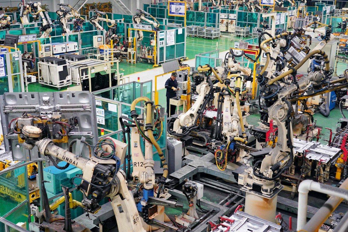 Hoạt động sản xuất của Trung Quốc thu hẹp 4 tháng liền vì thương chiến leo thang