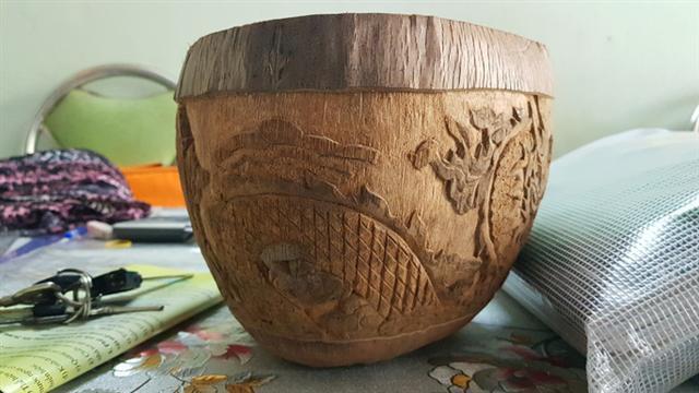 Thổi hồn vào vỏ dừa khô, bán 1,2 triệu đồng/cái - Ảnh 5.