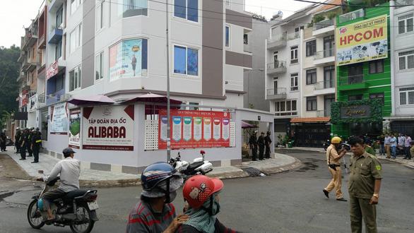 Hàng chục cảnh sát đang khám xét công ty con Alibaba tại TP.HCM - Ảnh 1.