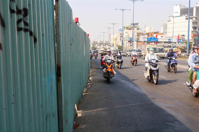 Hàng trăm lô cốt giăng kín nhiều tuyến đường TP.HCM dịp tết - Ảnh 2.