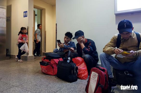 Máy bay liên tục hoãn chuyến, hành khách nằm, ngồi la liệt ở Tân Sơn Nhất - Ảnh 4.