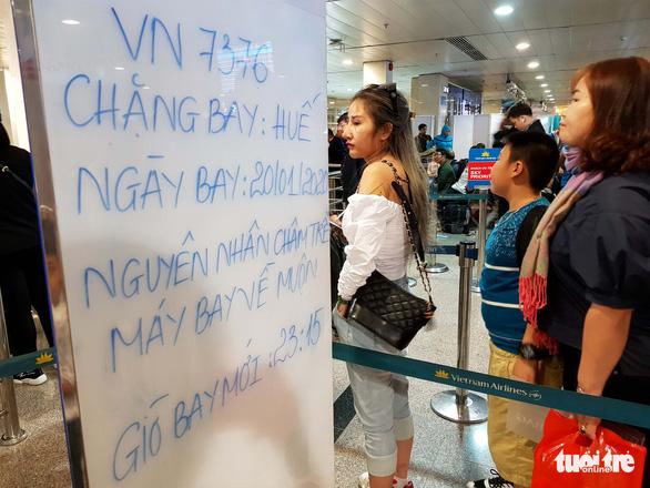 Máy bay liên tục hoãn chuyến, hành khách nằm, ngồi la liệt ở Tân Sơn Nhất - Ảnh 5.