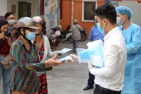 Đang phát miễn phí hàng trăm ngàn khẩu trang y tế tại TP.HCM - Ảnh 7.