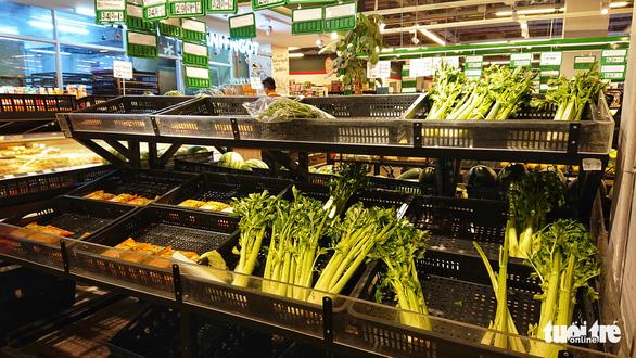 Rau siêu thị cháy hàng', chợ dân sinh ế ẩm - Ảnh 2.