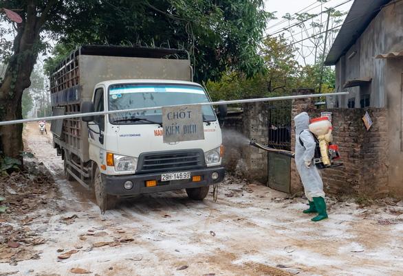 'Cô lập' đàn gia cầm hơn nửa triệu con để chống cúm A/H5N6 - Ảnh 1.