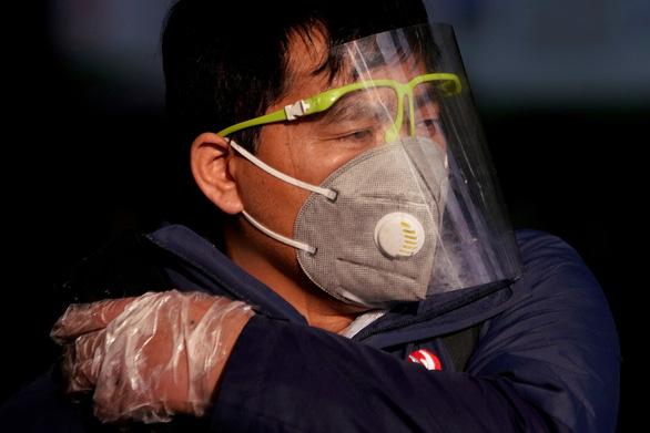 Cập nhật dịch corona ngày 13-2: Gần 15.000 ca nhiễm mới, thêm 242 người chết - Ảnh 2.
