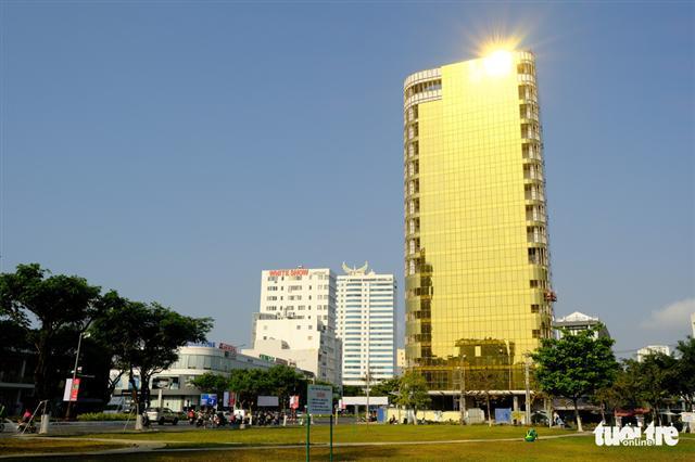 Cận cảnh hai tòa nhà dát vàng gây nhức mắt tại Đà Nẵng - Ảnh 1.