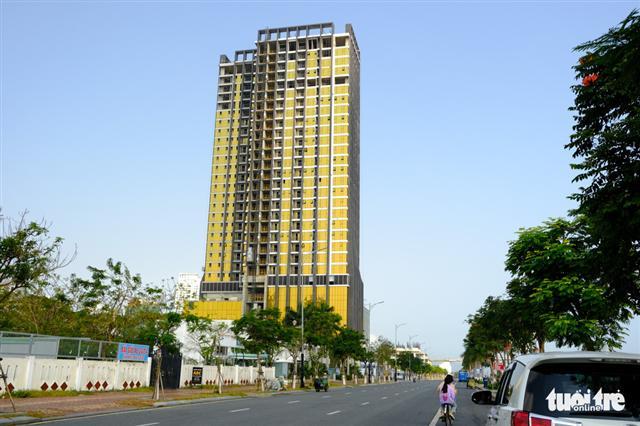 Cận cảnh hai tòa nhà dát vàng gây nhức mắt tại Đà Nẵng - Ảnh 2.