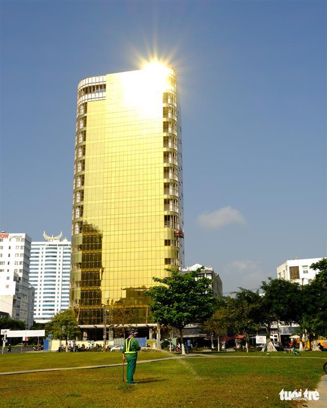 Cận cảnh hai tòa nhà dát vàng gây nhức mắt tại Đà Nẵng - Ảnh 3.