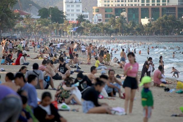 Bãi biển Nha Trang đông nghịt người