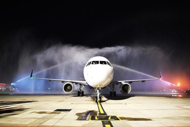 Cận cảnh máy bay đầu tiên và dàn tiếp viên của Vietravel Airlines ở sân bay Tân Sơn Nhất - Ảnh 2.