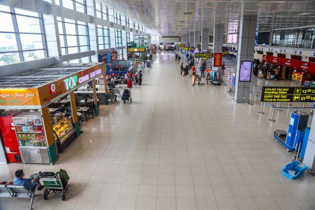 Khách bay sụt giảm mạnh, sân bay vắng hoe - Ảnh 1.