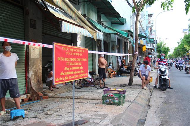 TP.HCM: Ra chợ tự phát mua hàng, một người bị UBND P.12, Gò Vấp phạt 1 triệu