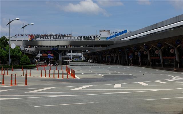 Sân bay Tân Sơn Nhất vắng lặng ảnh 1