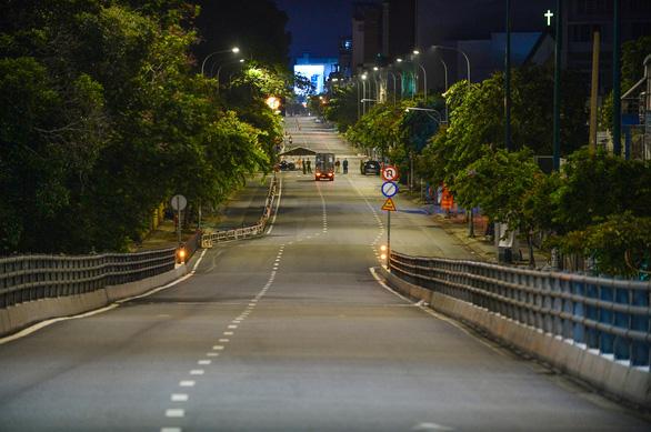 Chủ tịch Nguyễn Thành Phong: TP.HCM có thể tiếp tục chỉ thị 16 thêm 2 tuần, siết hơn từ 6h-18h - Ảnh 1.
